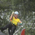 Simone Scheidegger (Schweiz), die Zweitplatzierte, beim Abseilen im strömenden Regen