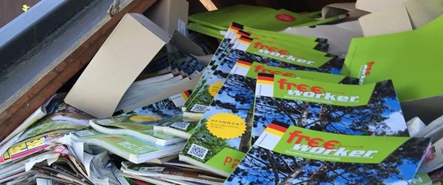 Alte Freeworker-Kataloge im Altpapier-Container für guten Zweck