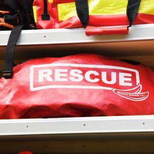 """Rote Tasche mit Aufschrift """"Rescue"""""""