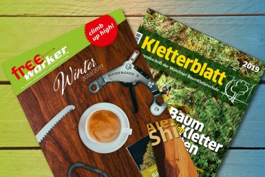Zwei verschiedene Hefte auf einem Holzhintergund