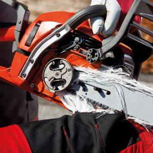 Fäden aus einer Schnittschutzhose blockieren den Motor einer Kettensäge