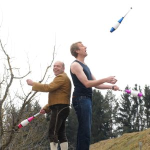 Two Personen juggling
