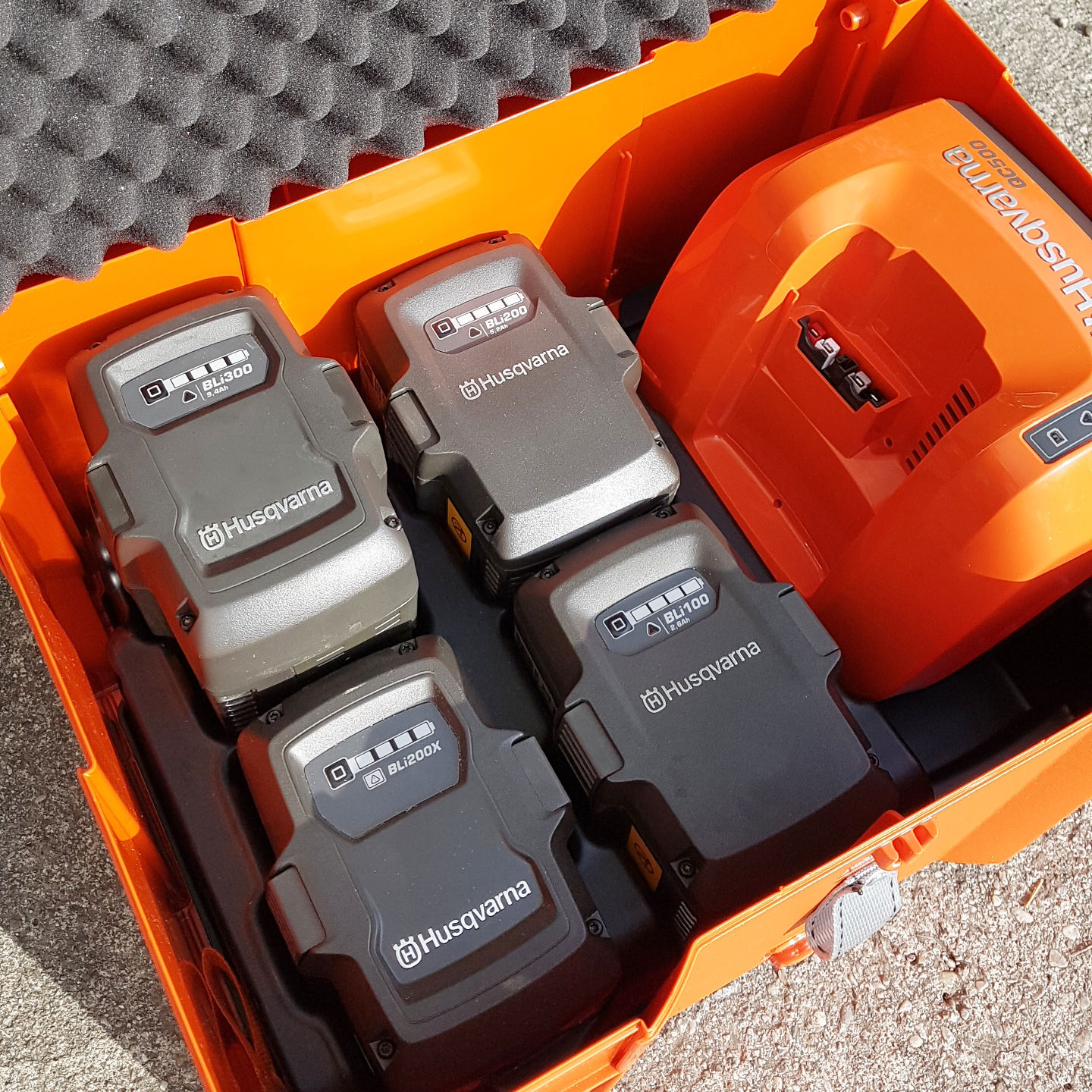 Transport box with batteries